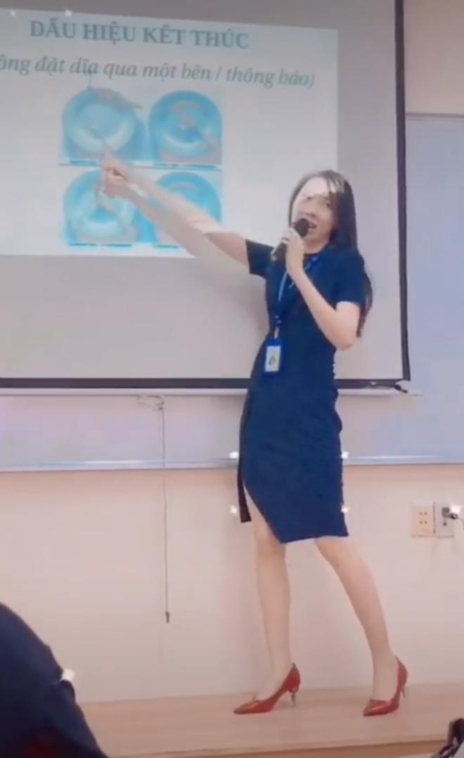 Nữ giảng viên gây sốt với màn 'lên đồ' đi dạy ấn tượng: 15 tuần không trùng bộ đồ nào Ảnh 1