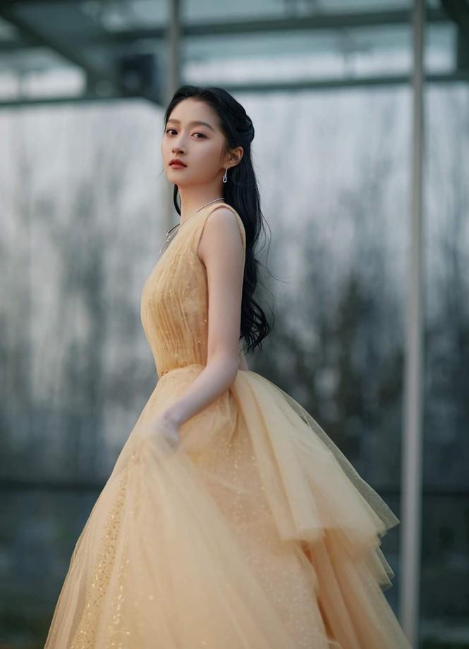 'Công chúa xinh đẹp' Quan Hiểu Đồng gây tranh cãi vì toàn về tay không ở các lễ trao giải Ảnh 5