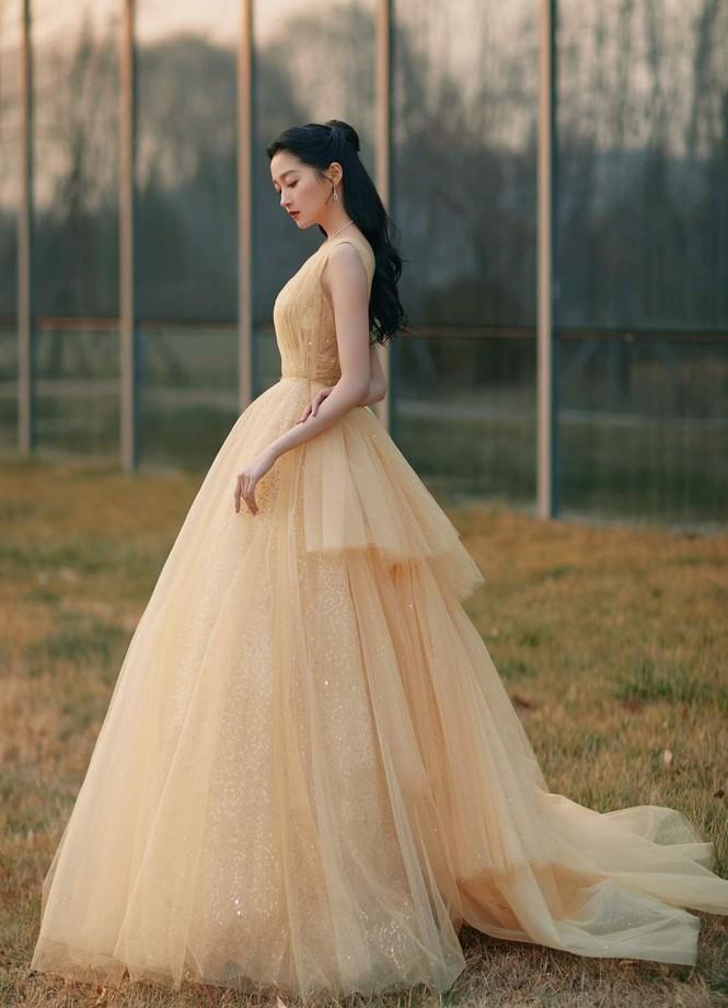 'Công chúa xinh đẹp' Quan Hiểu Đồng gây tranh cãi vì toàn về tay không ở các lễ trao giải Ảnh 3