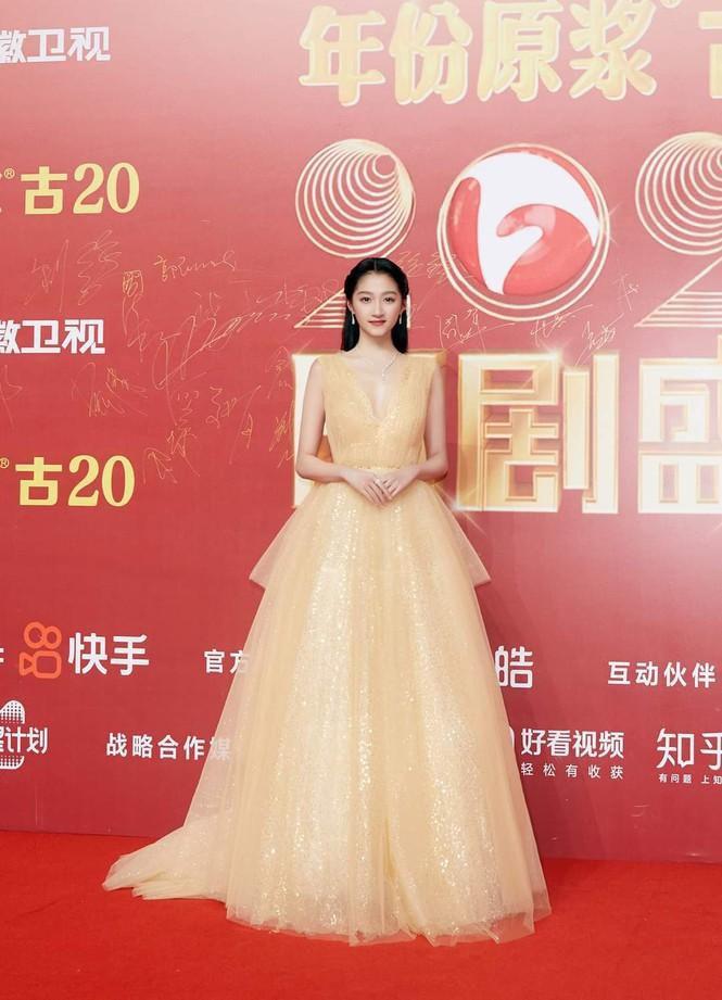 'Công chúa xinh đẹp' Quan Hiểu Đồng gây tranh cãi vì toàn về tay không ở các lễ trao giải Ảnh 1