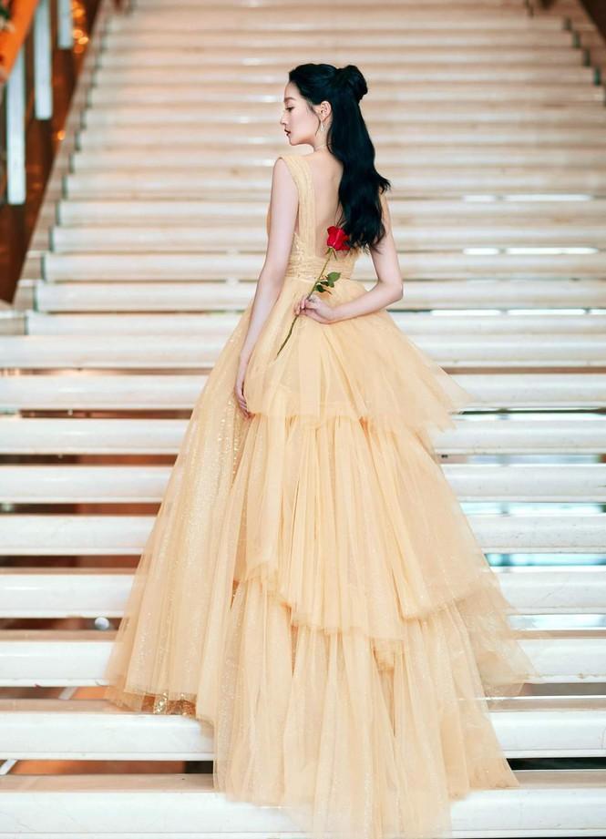 'Công chúa xinh đẹp' Quan Hiểu Đồng gây tranh cãi vì toàn về tay không ở các lễ trao giải Ảnh 6