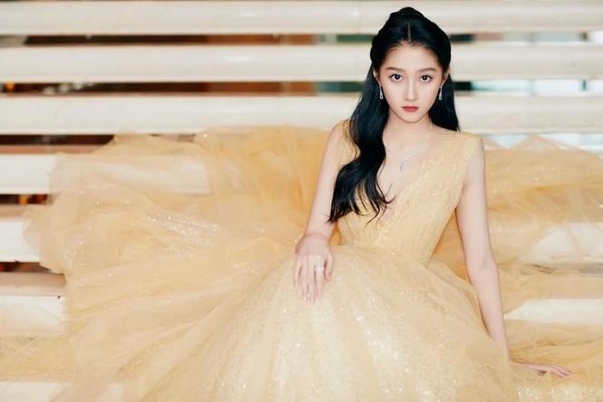 'Công chúa xinh đẹp' Quan Hiểu Đồng gây tranh cãi vì toàn về tay không ở các lễ trao giải Ảnh 2