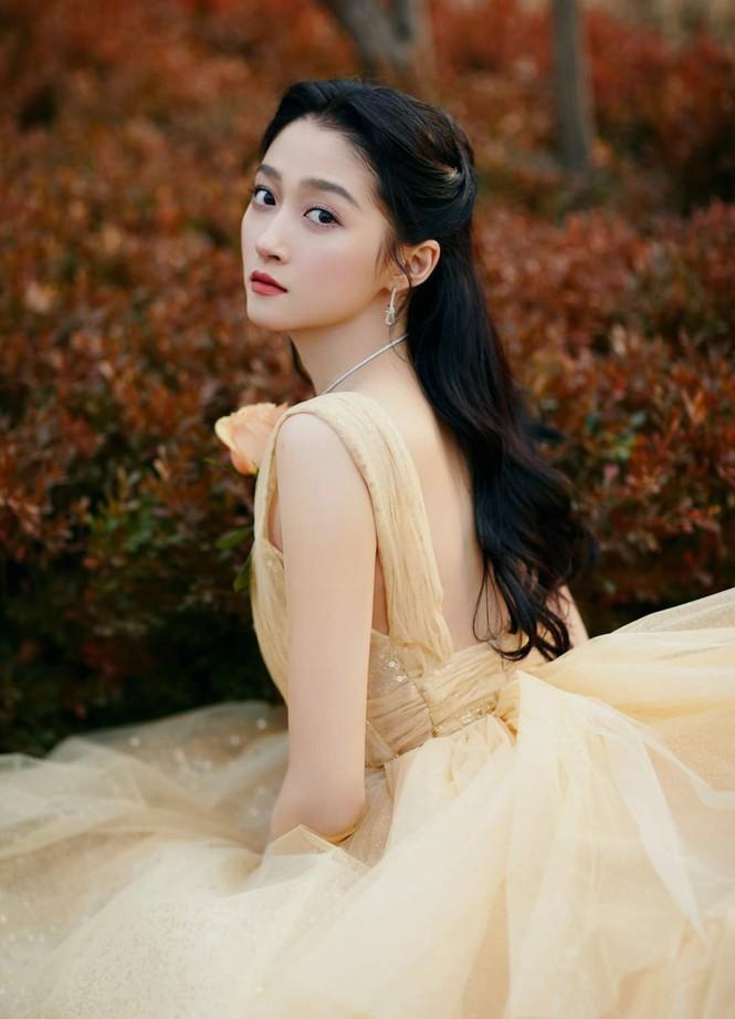 'Công chúa xinh đẹp' Quan Hiểu Đồng gây tranh cãi vì toàn về tay không ở các lễ trao giải Ảnh 4