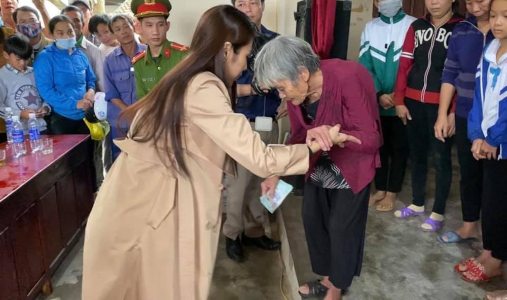 Hoàn thành trọn lời hứa với bà con miền Trung: Thủy Tiên rút tiền túi riêng đến tận nơi cứu trợ lần 4 Ảnh 8