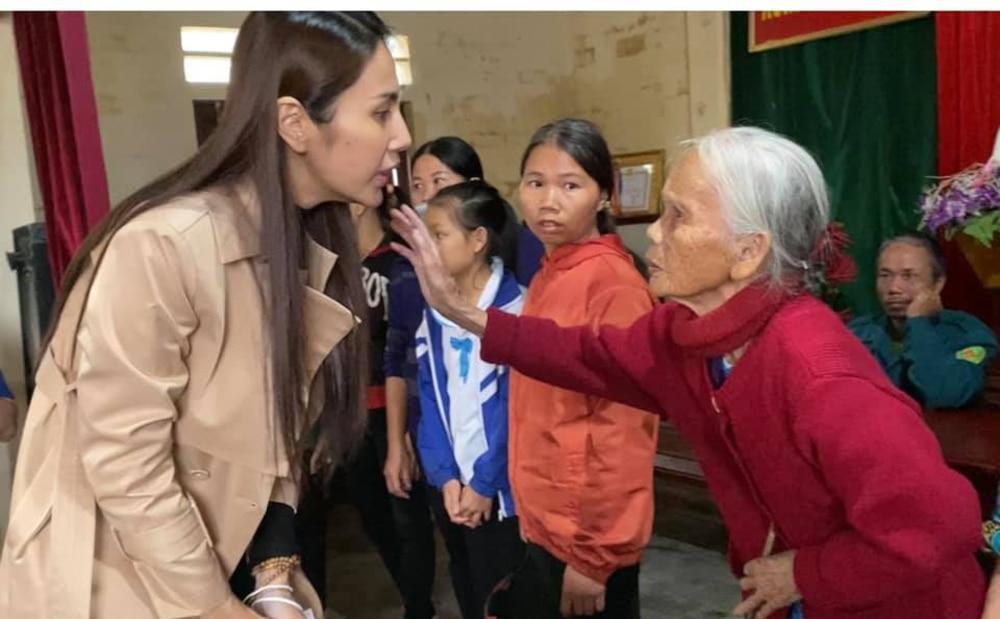 Hoàn thành trọn lời hứa với bà con miền Trung: Thủy Tiên rút tiền túi riêng đến tận nơi cứu trợ lần 4 Ảnh 4