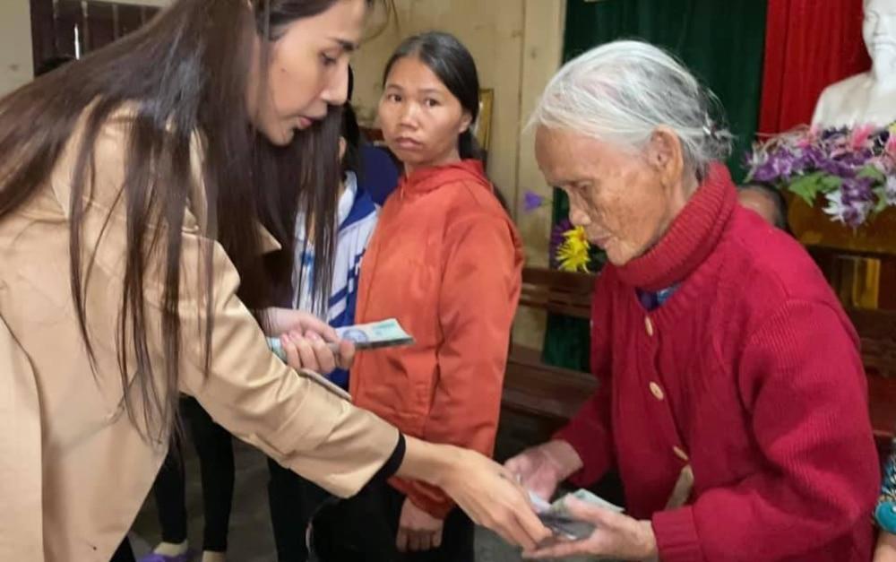 Hoàn thành trọn lời hứa với bà con miền Trung: Thủy Tiên rút tiền túi riêng đến tận nơi cứu trợ lần 4 Ảnh 2