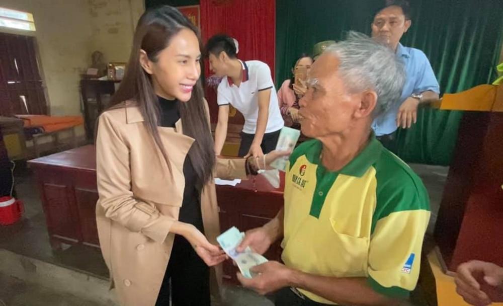 Hoàn thành trọn lời hứa với bà con miền Trung: Thủy Tiên rút tiền túi riêng đến tận nơi cứu trợ lần 4 Ảnh 3