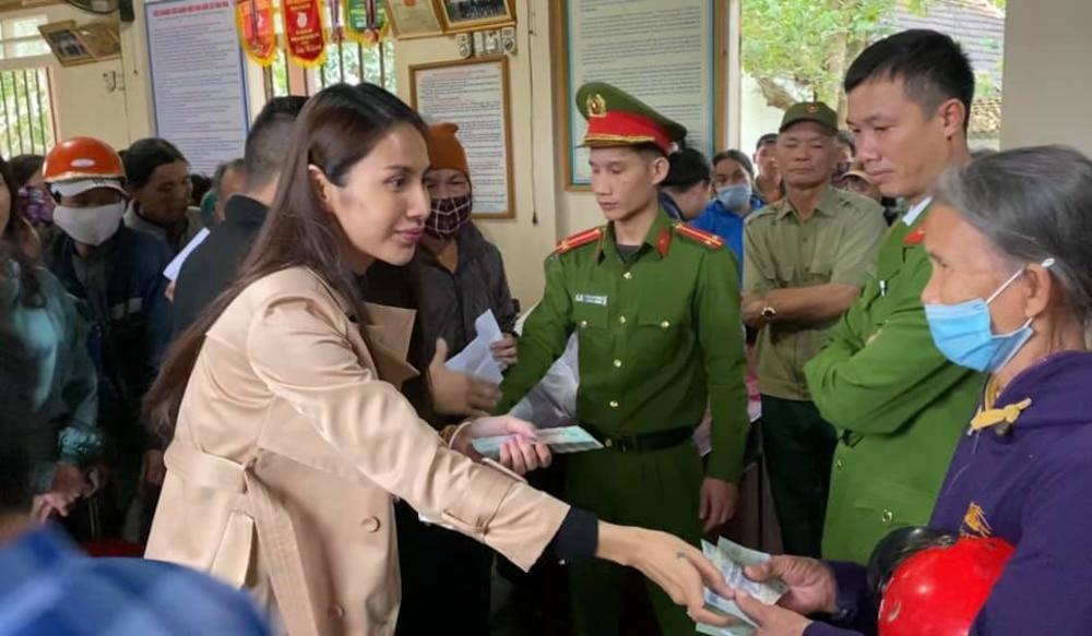 Hoàn thành trọn lời hứa với bà con miền Trung: Thủy Tiên rút tiền túi riêng đến tận nơi cứu trợ lần 4 Ảnh 7