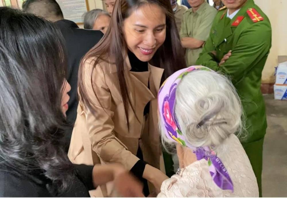Hoàn thành trọn lời hứa với bà con miền Trung: Thủy Tiên rút tiền túi riêng đến tận nơi cứu trợ lần 4 Ảnh 1