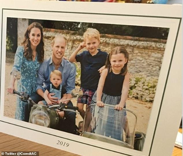 Rò rỉ ảnh mừng Giáng sinh của nhà Công nương Kate, Hoàng tử út Louis chiếm spotlight với nụ cười tỏa nắng 'gây sốt' Ảnh 4