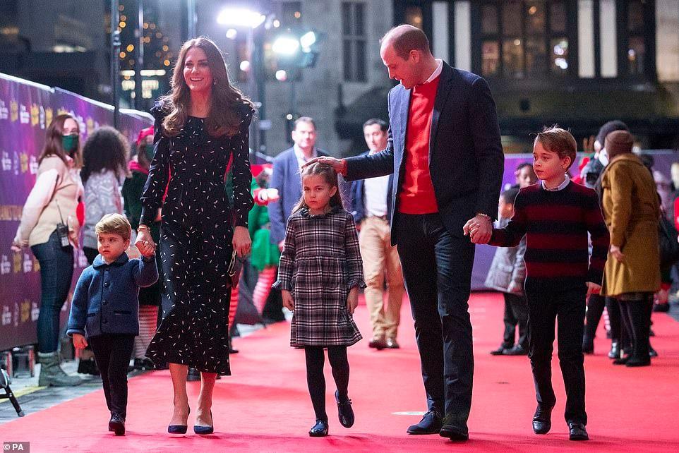 Rò rỉ ảnh mừng Giáng sinh của nhà Công nương Kate, Hoàng tử út Louis chiếm spotlight với nụ cười tỏa nắng 'gây sốt' Ảnh 3
