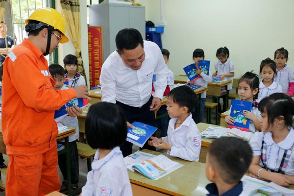 EVNHANOI trao tặng 50.000 quyển vở cho học sinh nghèo Ảnh 2