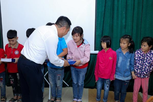 EVNHANOI trao tặng 50.000 quyển vở cho học sinh nghèo Ảnh 3