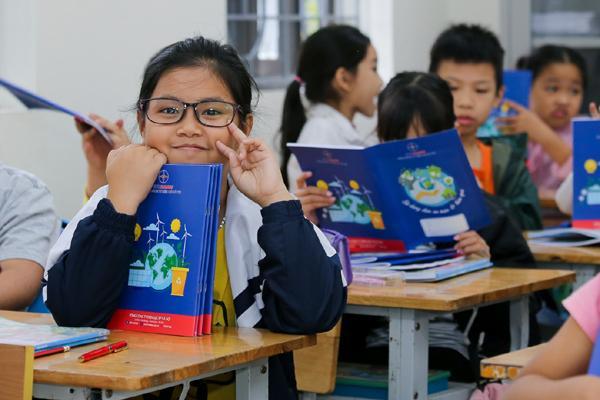 EVNHANOI trao tặng 50.000 quyển vở cho học sinh nghèo Ảnh 4
