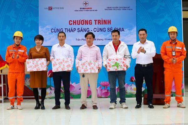 EVNHANOI trao tặng 50.000 quyển vở cho học sinh nghèo Ảnh 1