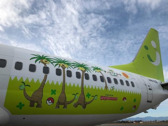 Máy bay in hình Pokémon Exeggutor cất cánh trên bầu trời Ảnh 3