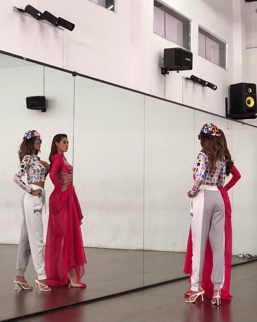Khánh Vân luyện catwalk cùng H'Hen Niê, hô vang 'Việt Nam' trong niềm tự hào: Fan khen ngợi body gợi cảm Ảnh 3