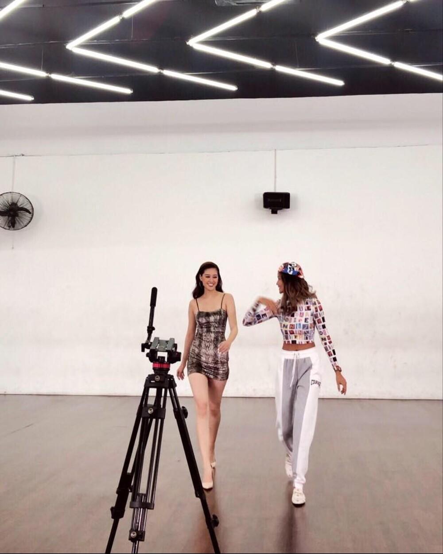 Khánh Vân luyện catwalk cùng H'Hen Niê, hô vang 'Việt Nam' trong niềm tự hào: Fan khen ngợi body gợi cảm Ảnh 2