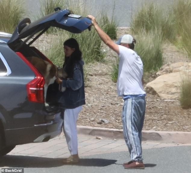 Leonardo DiCaprio lộ bụng mỡ khi đi dạo cùng bạn gái Ảnh 1