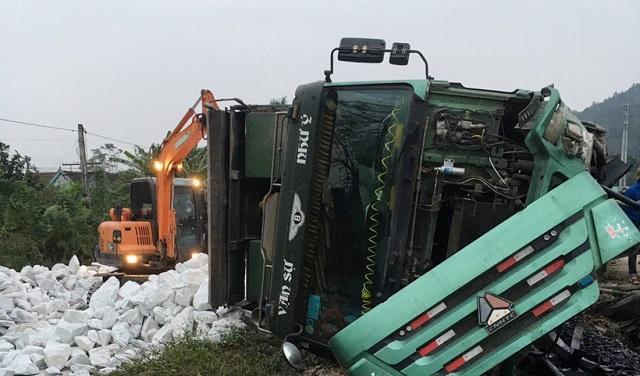 Tin tức tai nạn giao thông mới nhất hôm nay ngày 25/12: Xe tải chở đá trắng bị lật, đường sắt Bắc - Nam tê liệt Ảnh 1