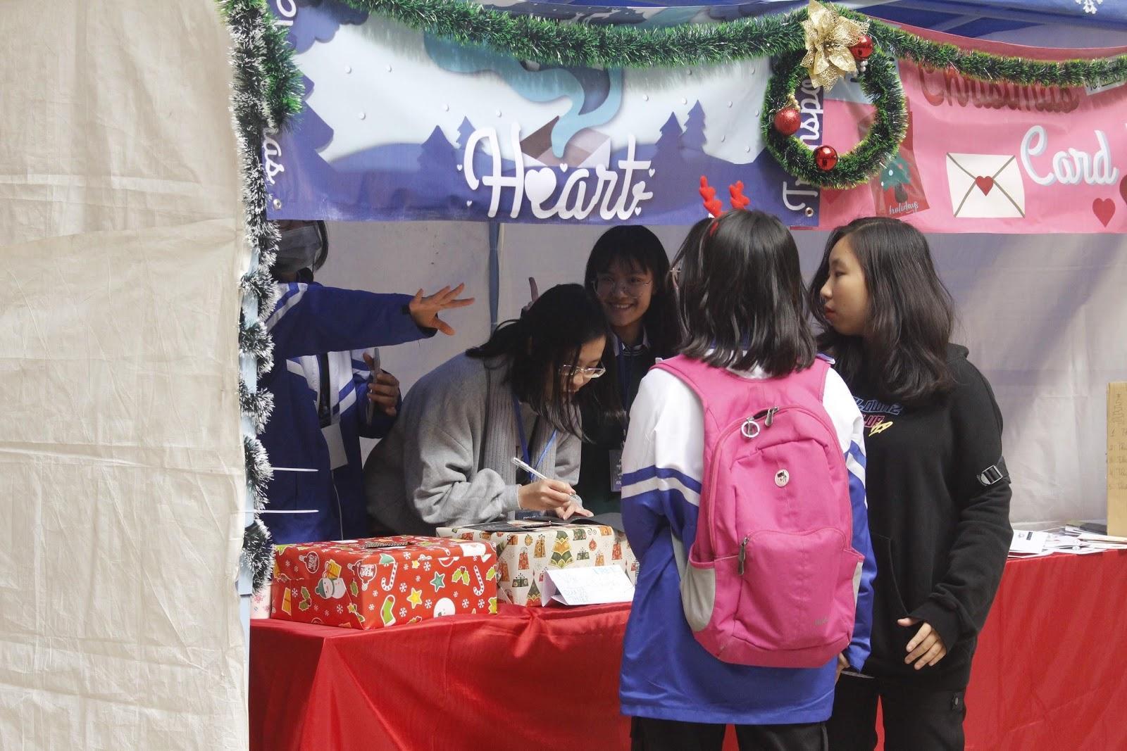 Sôi động Hội chợ Giáng sinh của trường THPT Chuyên Sư Phạm Ảnh 2