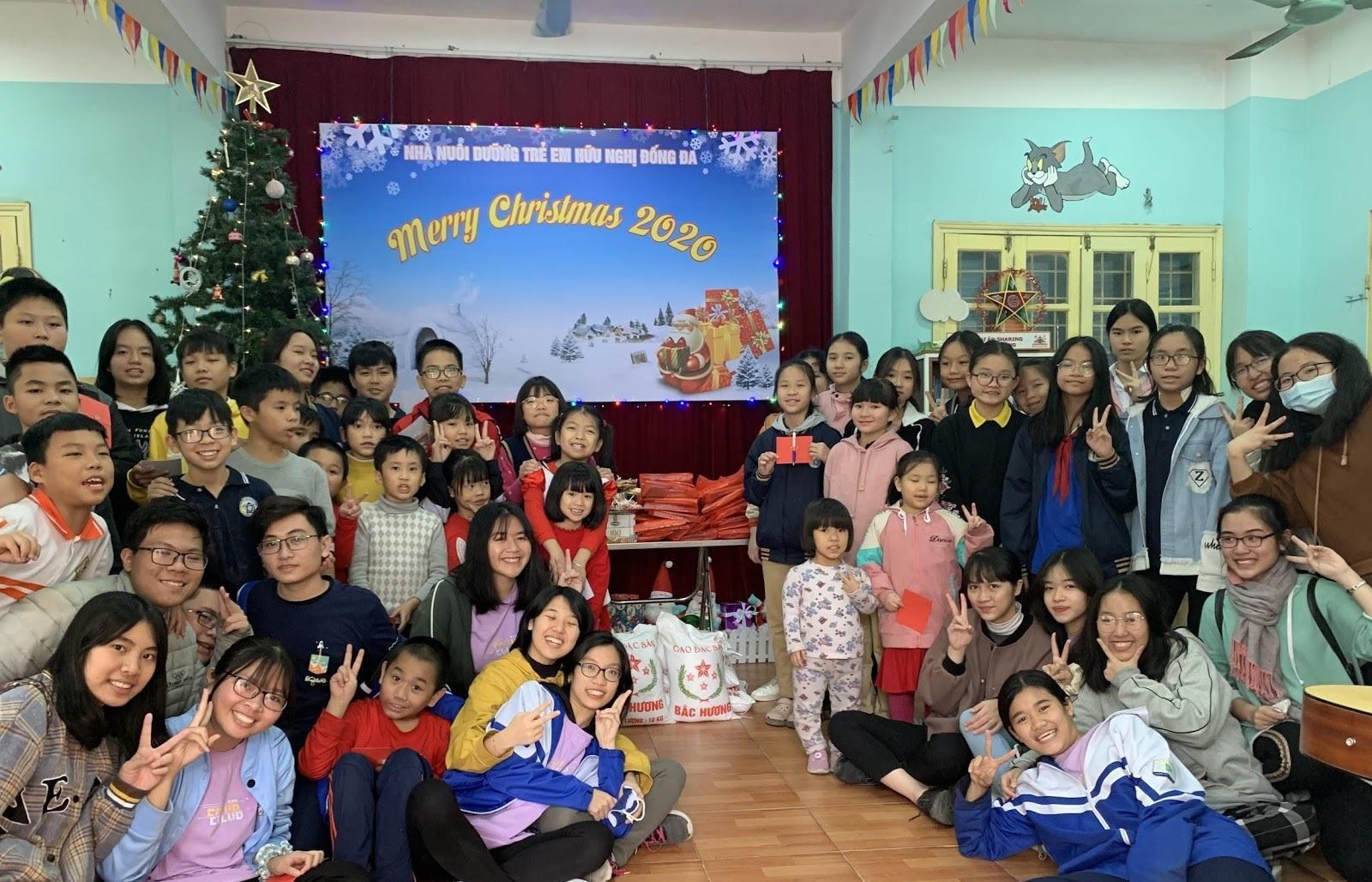 Sôi động Hội chợ Giáng sinh của trường THPT Chuyên Sư Phạm Ảnh 6