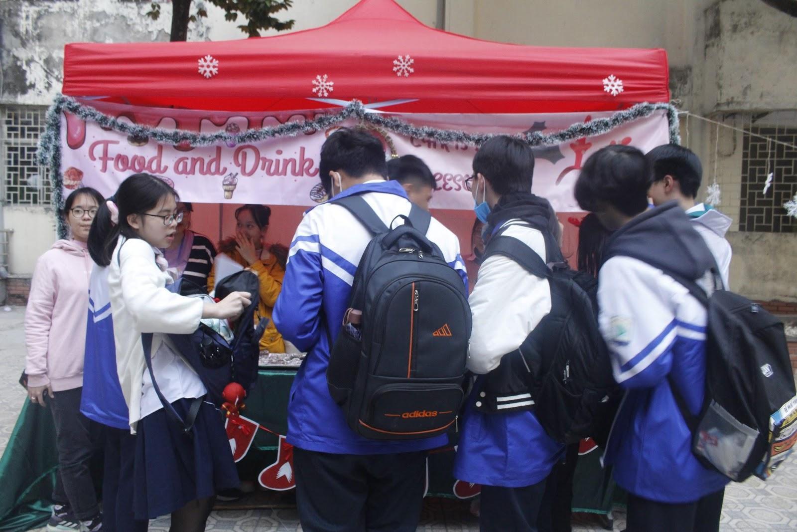 Sôi động Hội chợ Giáng sinh của trường THPT Chuyên Sư Phạm Ảnh 1