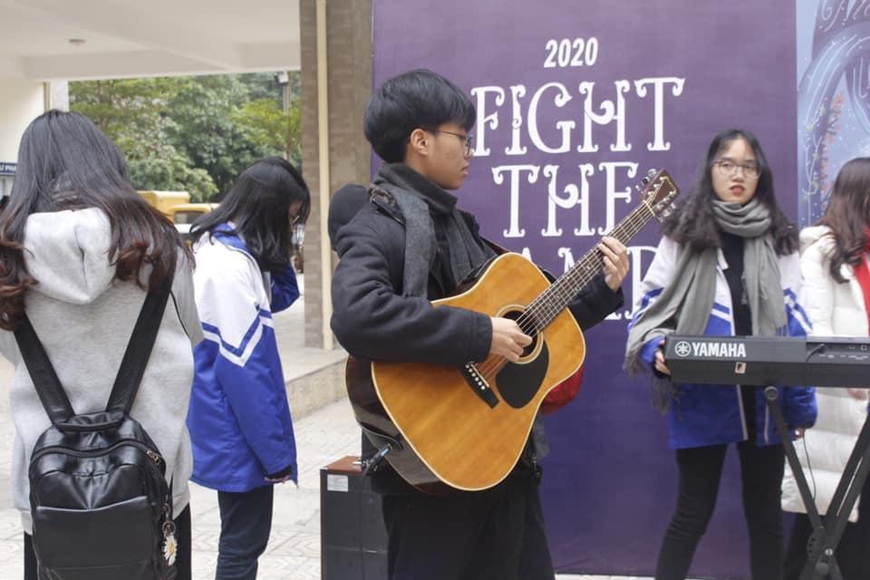 Sôi động Hội chợ Giáng sinh của trường THPT Chuyên Sư Phạm Ảnh 5
