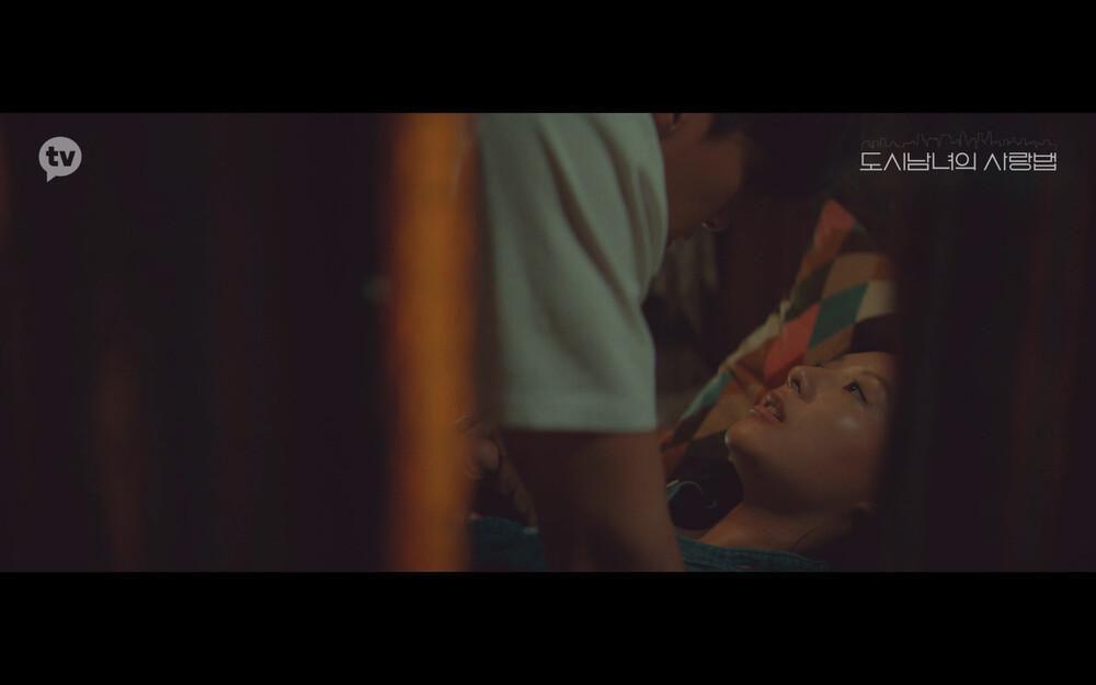 'Lovestruck in the City' tập 2: Nóng bỏng mắt cảnh giường chiếu của Kim Ji Won và Ji Chang Wook Ảnh 11