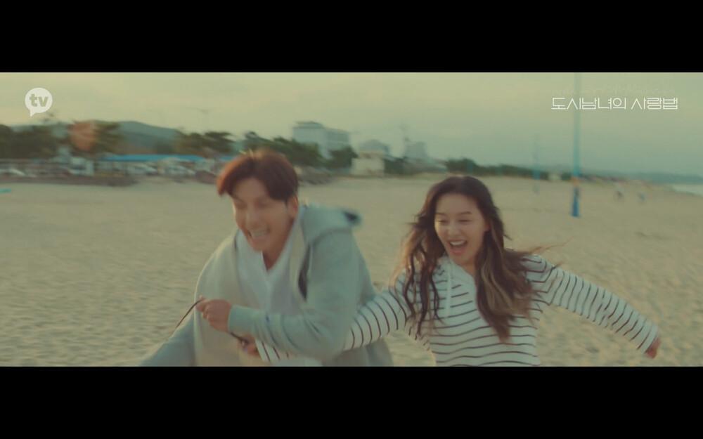 'Lovestruck in the City' tập 2: Nóng bỏng mắt cảnh giường chiếu của Kim Ji Won và Ji Chang Wook Ảnh 4