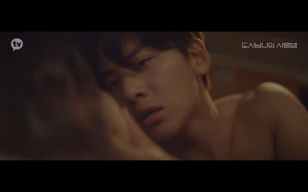 'Lovestruck in the City' tập 2: Nóng bỏng mắt cảnh giường chiếu của Kim Ji Won và Ji Chang Wook Ảnh 14