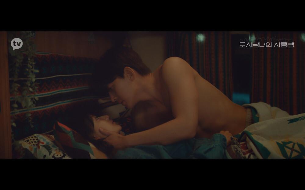 'Lovestruck in the City' tập 2: Nóng bỏng mắt cảnh giường chiếu của Kim Ji Won và Ji Chang Wook Ảnh 15