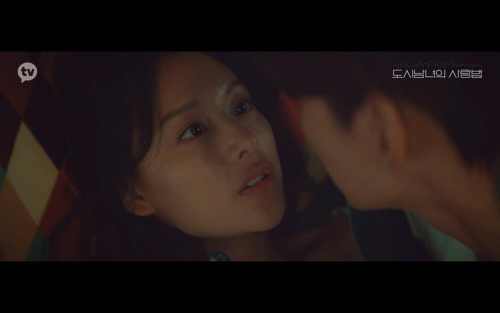 'Lovestruck in the City' tập 2: Nóng bỏng mắt cảnh giường chiếu của Kim Ji Won và Ji Chang Wook Ảnh 12