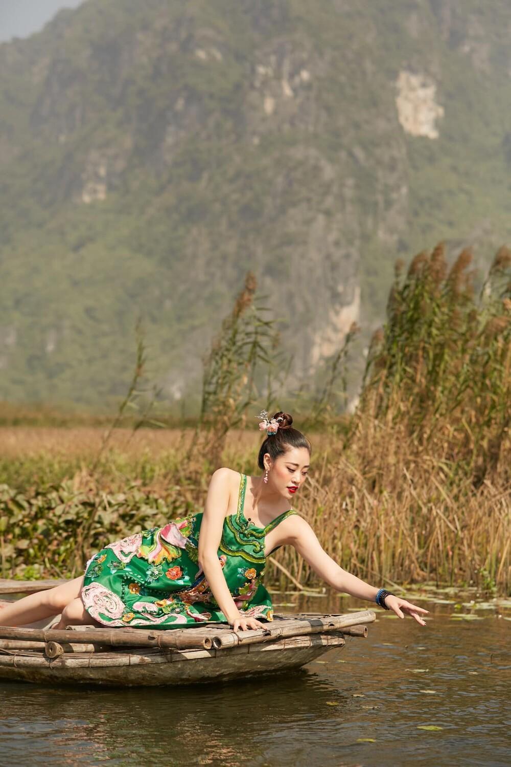 Hoa hậu Khánh Vân mặc váy yếm khoe xương quai xanh cực phẩm giữa thiên nhiên Ảnh 4