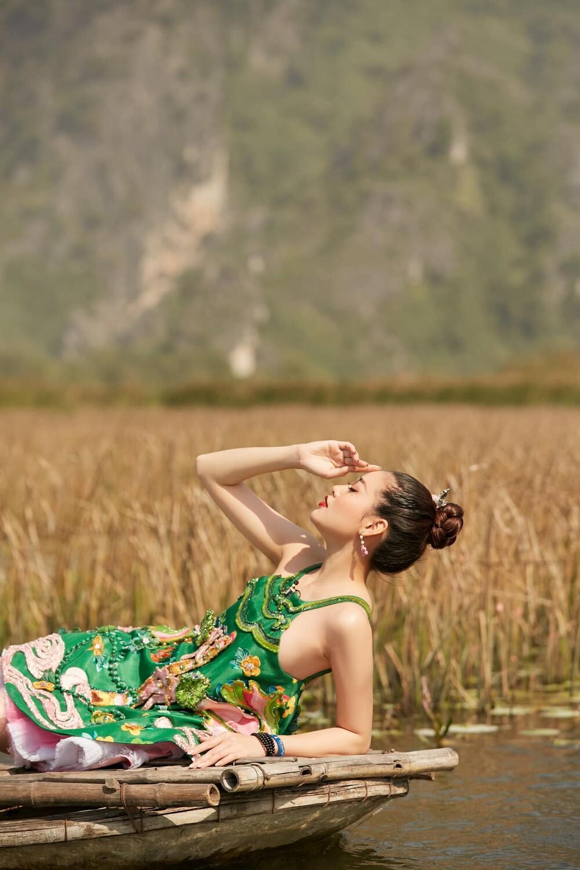 Hoa hậu Khánh Vân mặc váy yếm khoe xương quai xanh cực phẩm giữa thiên nhiên Ảnh 3