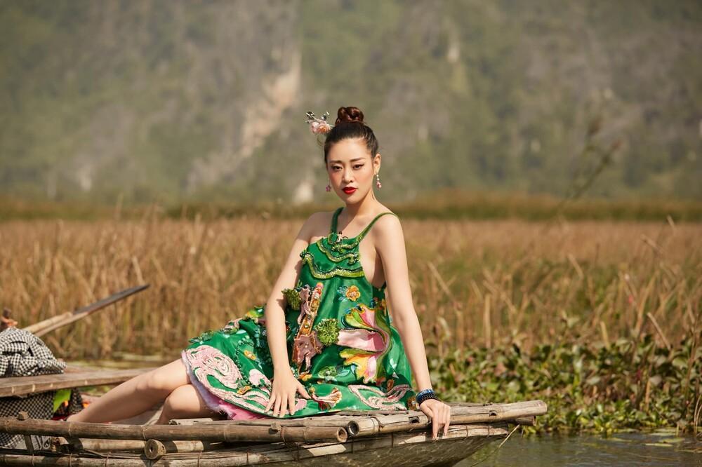 Hoa hậu Khánh Vân mặc váy yếm khoe xương quai xanh cực phẩm giữa thiên nhiên Ảnh 1