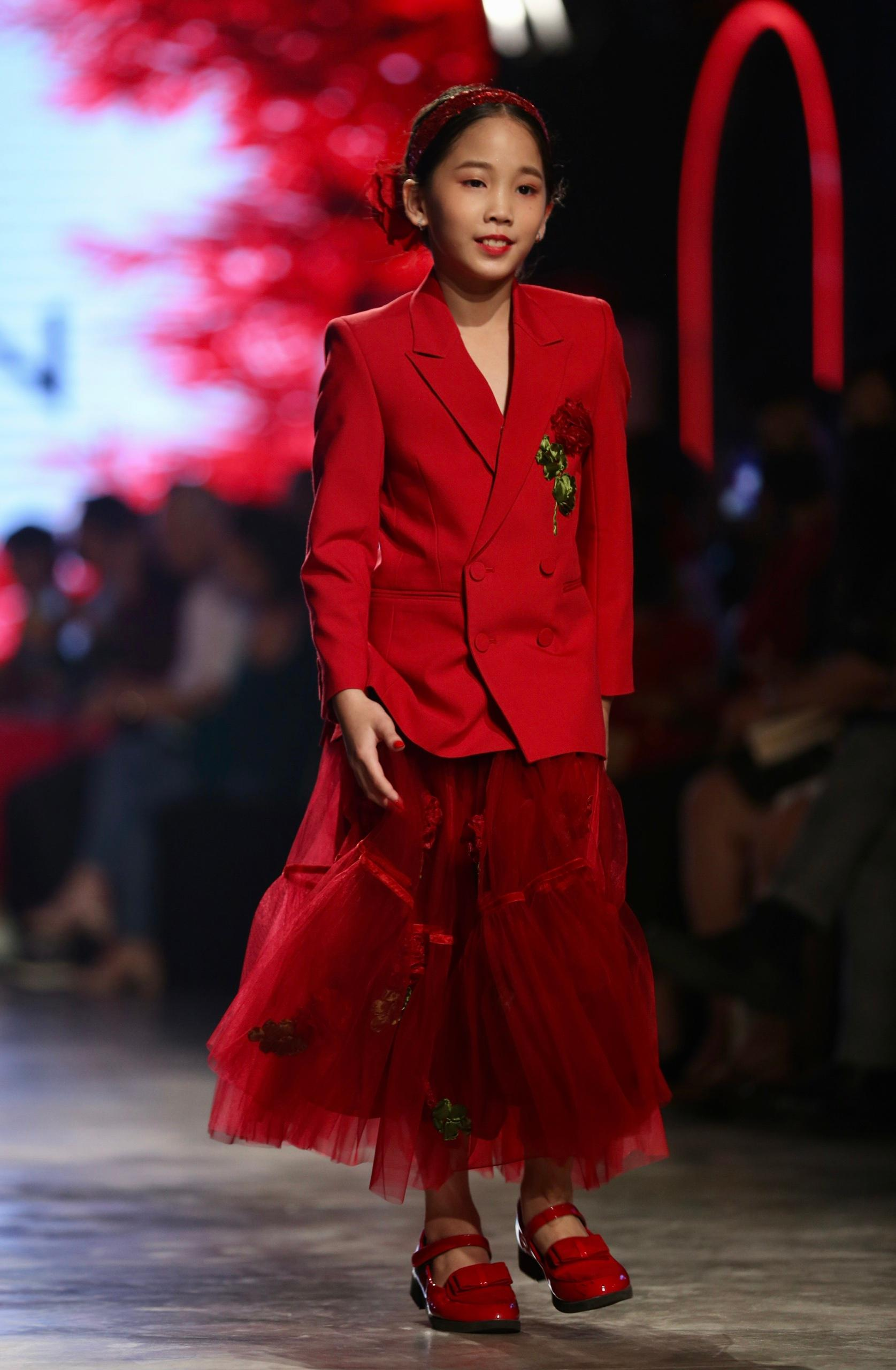 Hoa hậu Tiểu Vy mặc áo lưới gợi cảm trong show thời trang Ảnh 26