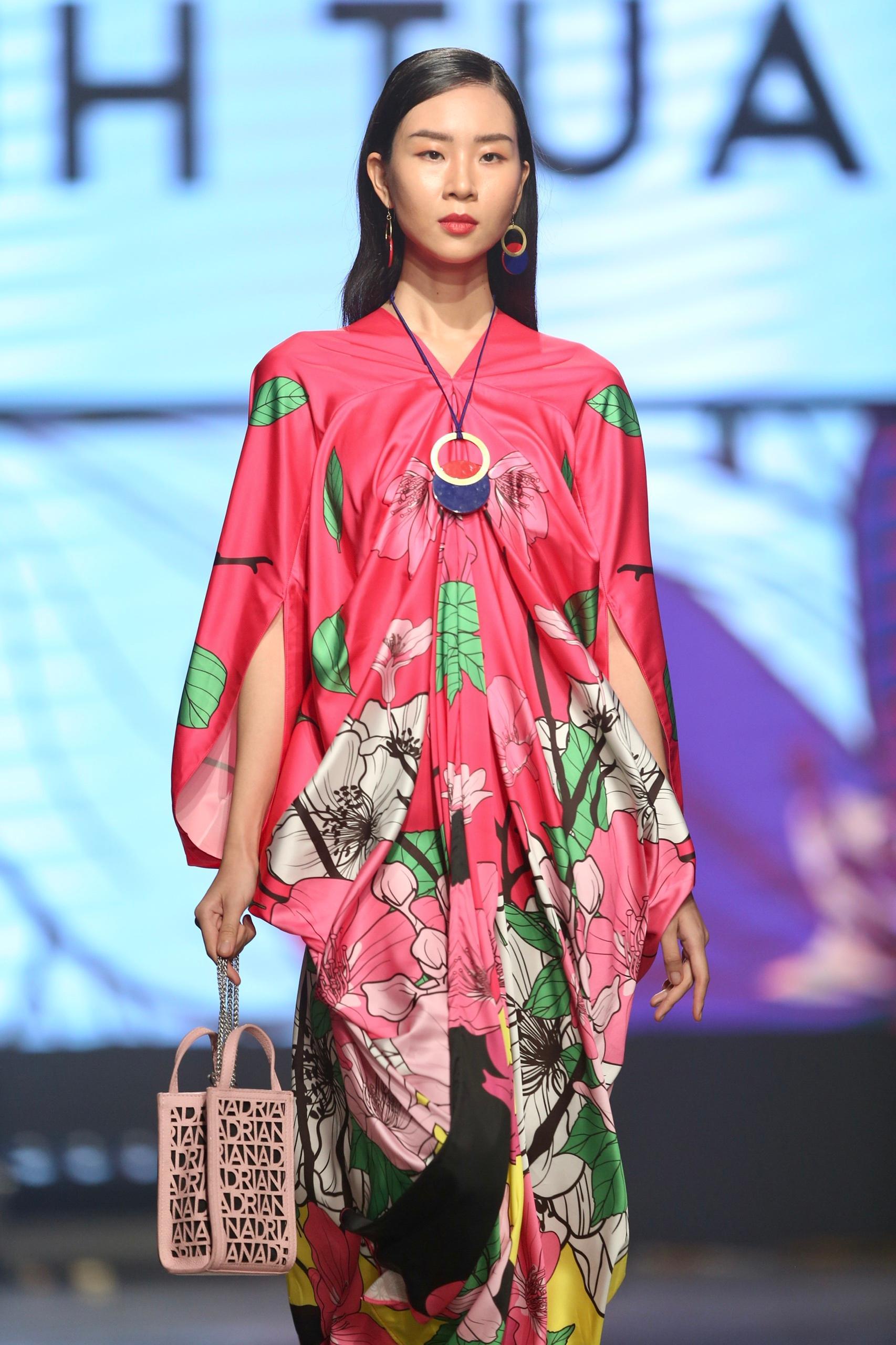 Hoa hậu Tiểu Vy mặc áo lưới gợi cảm trong show thời trang Ảnh 10