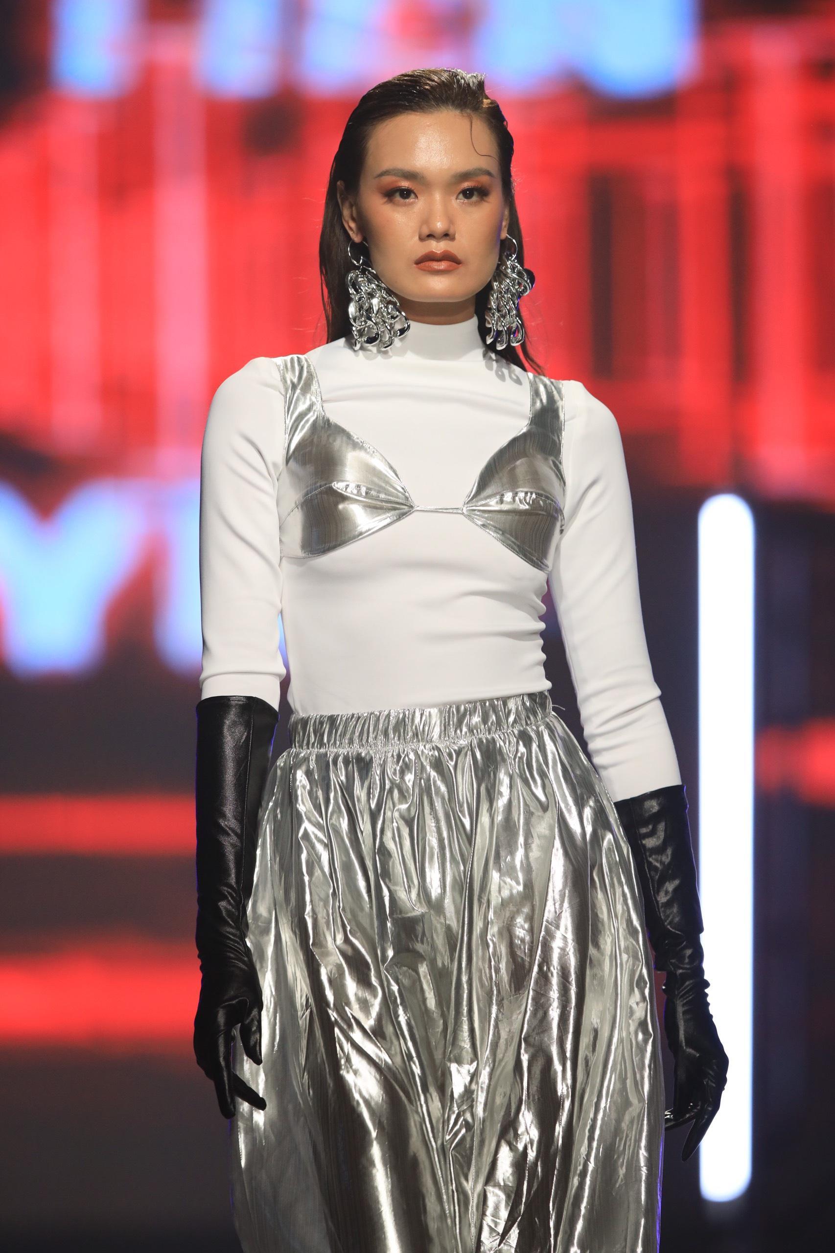 Hoa hậu Tiểu Vy mặc áo lưới gợi cảm trong show thời trang Ảnh 5
