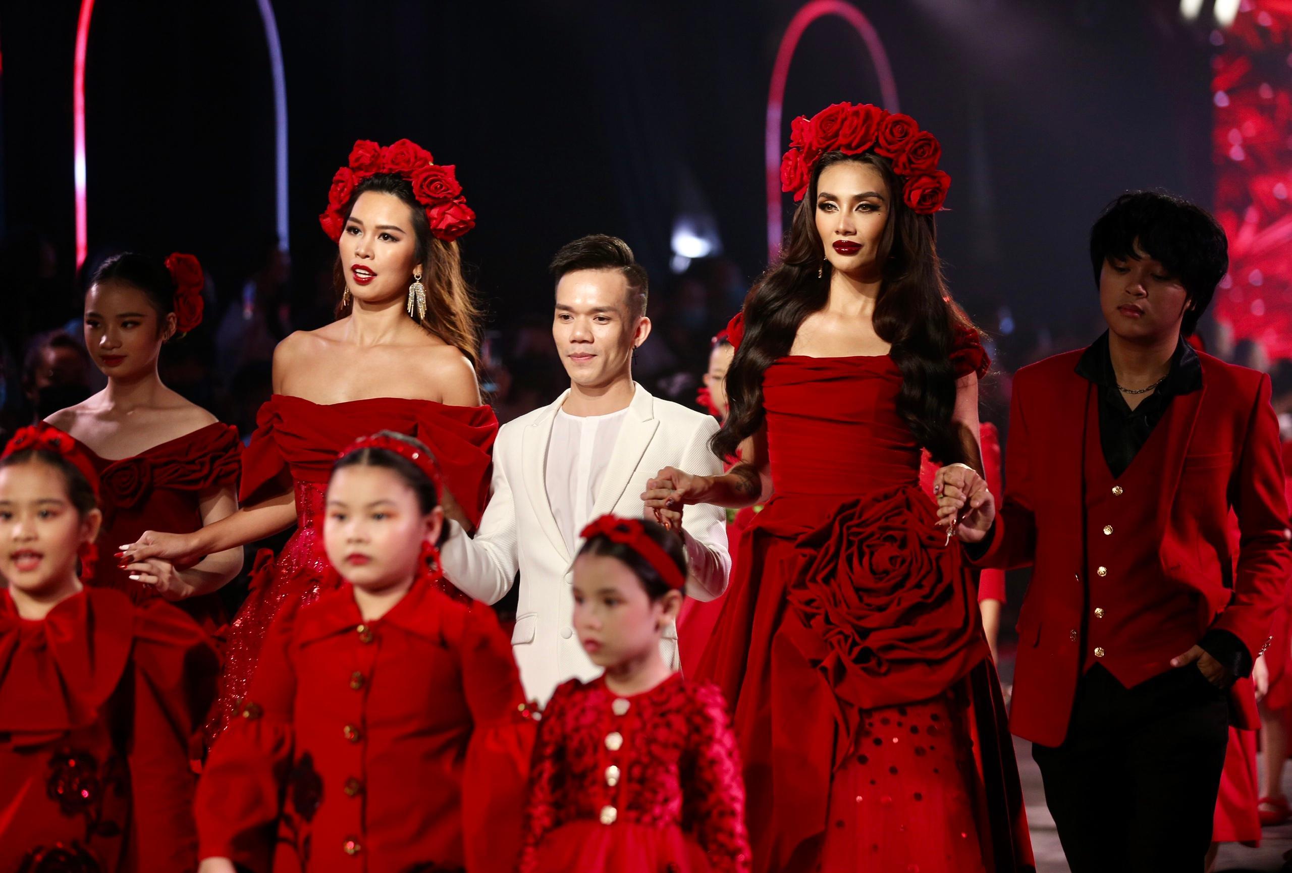 Hoa hậu Tiểu Vy mặc áo lưới gợi cảm trong show thời trang Ảnh 19