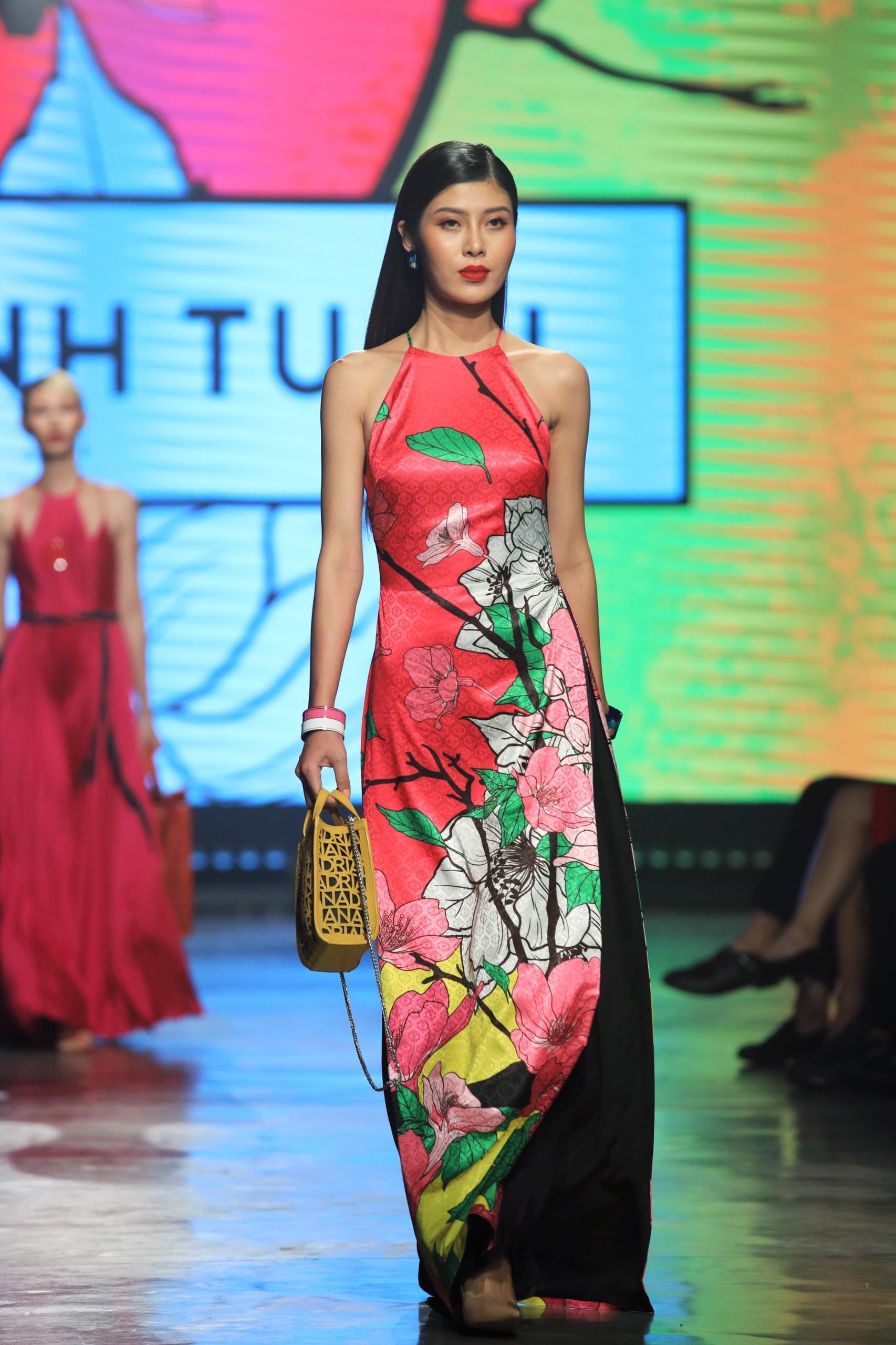 Hoa hậu Tiểu Vy mặc áo lưới gợi cảm trong show thời trang Ảnh 11