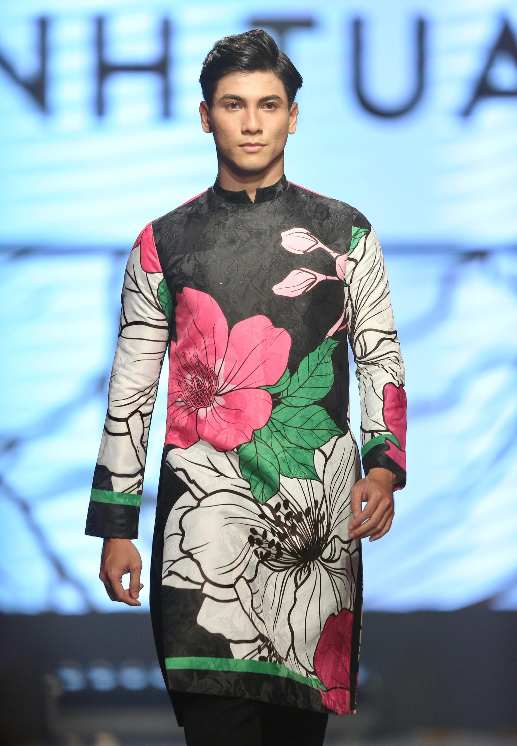 Hoa hậu Tiểu Vy mặc áo lưới gợi cảm trong show thời trang Ảnh 9
