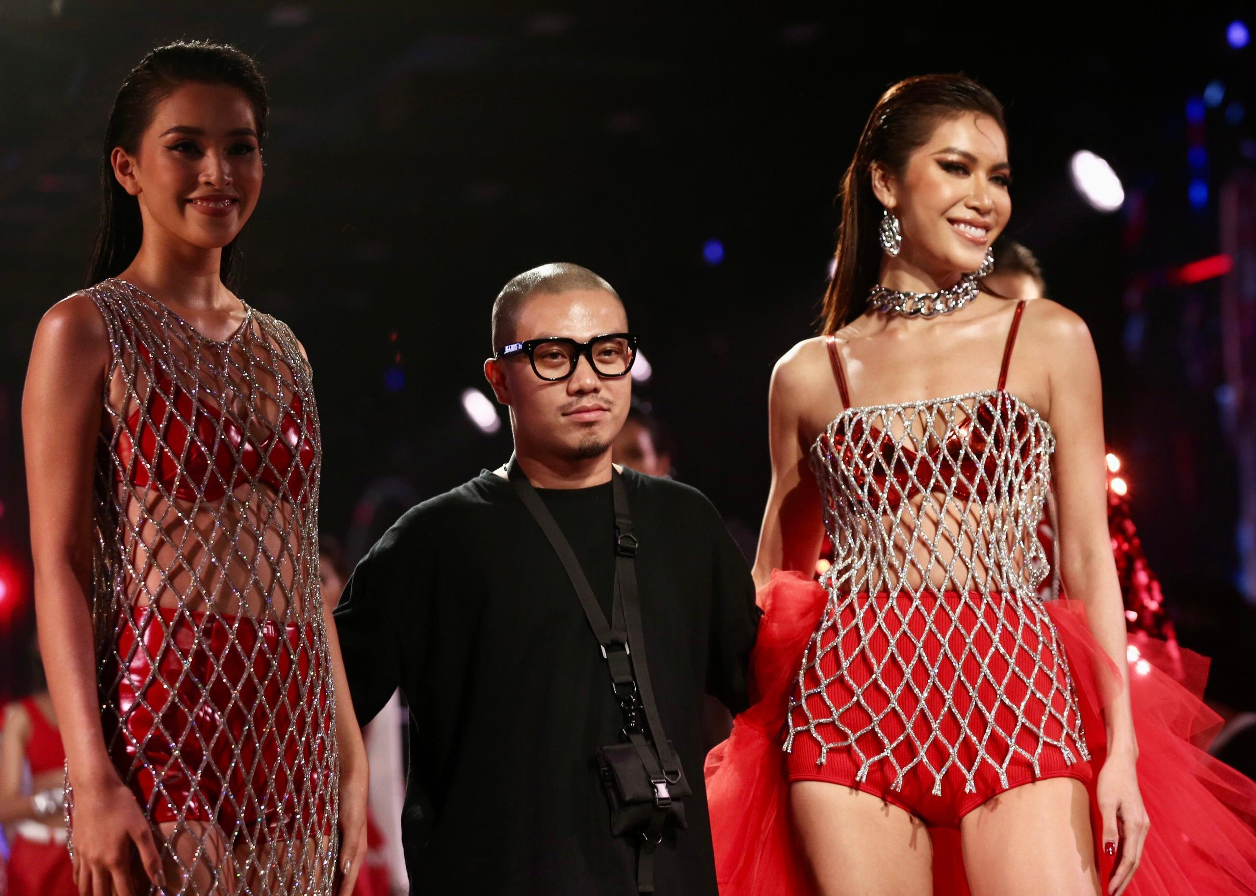 Hoa hậu Tiểu Vy mặc áo lưới gợi cảm trong show thời trang Ảnh 1