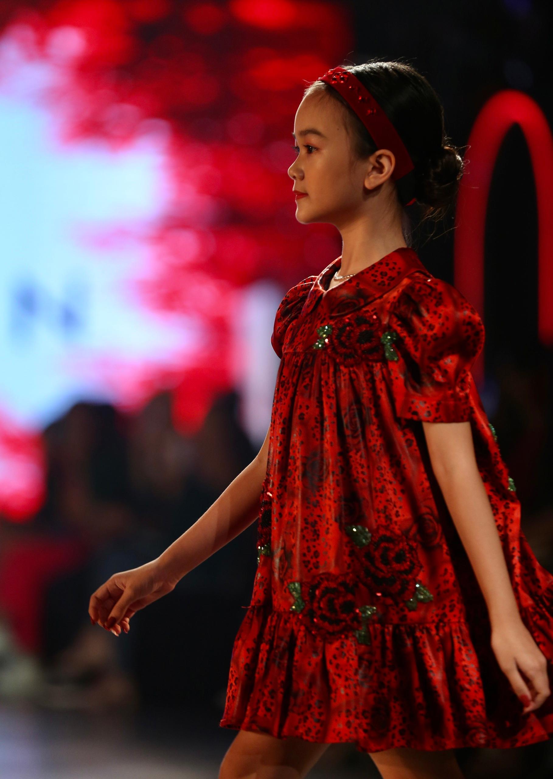 Hoa hậu Tiểu Vy mặc áo lưới gợi cảm trong show thời trang Ảnh 23