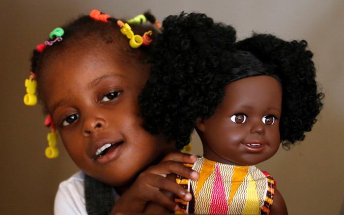 Sản xuất búp bê da đen để trẻ em có nhận thức đúng Ảnh 1
