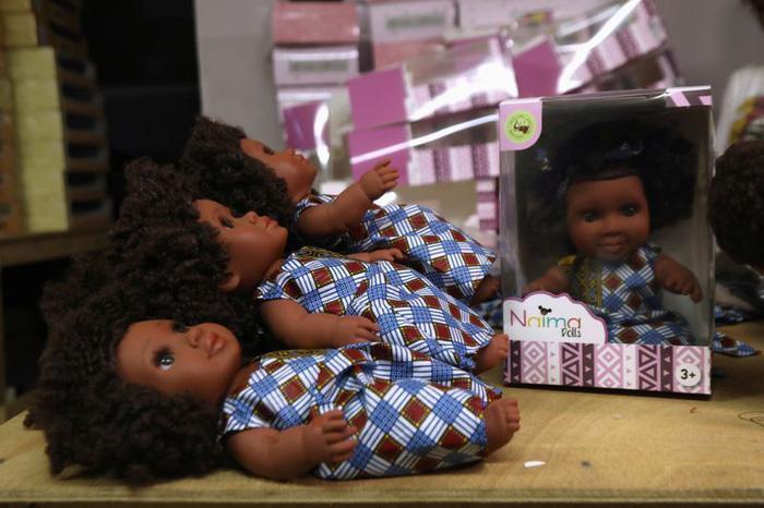 Sản xuất búp bê da đen để trẻ em có nhận thức đúng Ảnh 2
