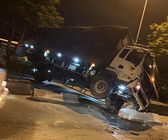 Xe tải gặp sự cố, ùn ứ nghiêm trọng ở quốc lộ 1 Ảnh 1
