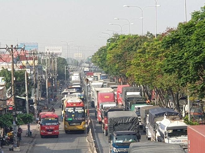 Xe tải gặp sự cố, ùn ứ nghiêm trọng ở quốc lộ 1 Ảnh 6