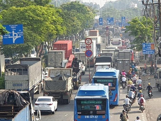 Xe tải gặp sự cố, ùn ứ nghiêm trọng ở quốc lộ 1 Ảnh 7