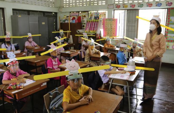 Ảnh bé trai Việt Nam đeo tấm chắn giọt bắn lọt top ảnh quyền lực nhất năm 2020 Ảnh 6